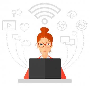 Dizüstü bilgisayarda çalışan kadın.