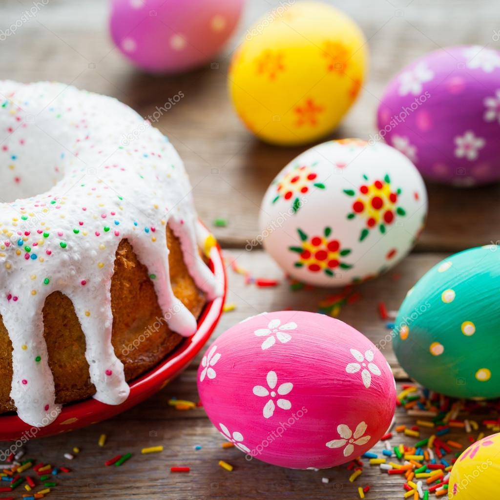Ostern Kuchen und bunte Eier auf Küchentisch — Stockfoto ...