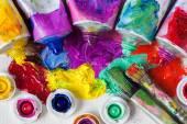 Trubky z olejových barev, palety a umělec closeup štětce.