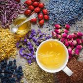 Pohár zdravé čaje, med, léčivé byliny, bylinné čaje sortiment