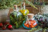 Tinktura láhve vratiče, estragon bylin a rowanberries