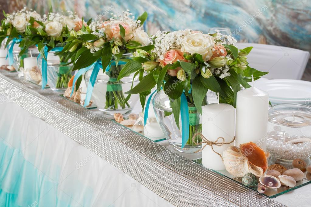 Beautiful bouquets of roses and decorations on table in wedding day. \u2014 Foto  di ChamilleWhite