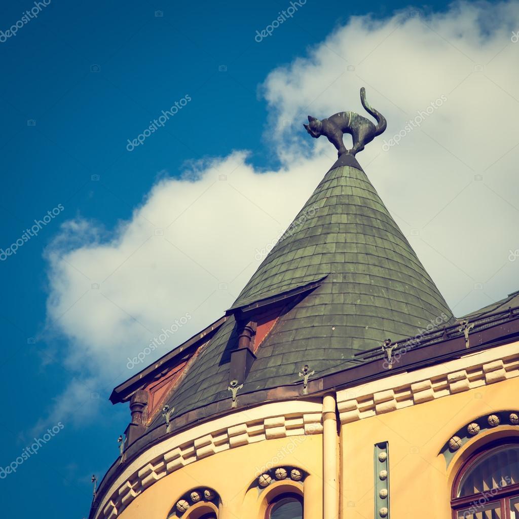 tonos de vintage foto de escultura de gato sobre el tejado de la casa de gato