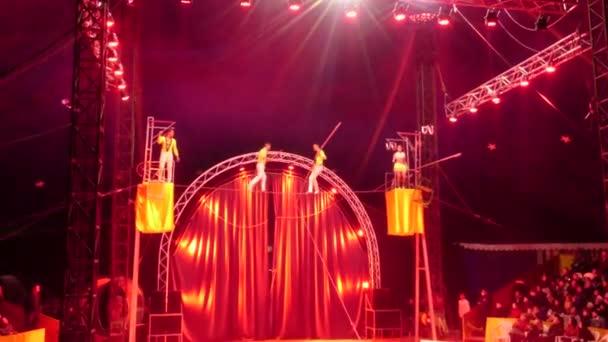 Novosibirsk - květen 02: Cirkus Shapito Demidov. Vysoké napětí chodci se provádí v šapitó. 02 květen 2016 v Novosibirsku Rusko