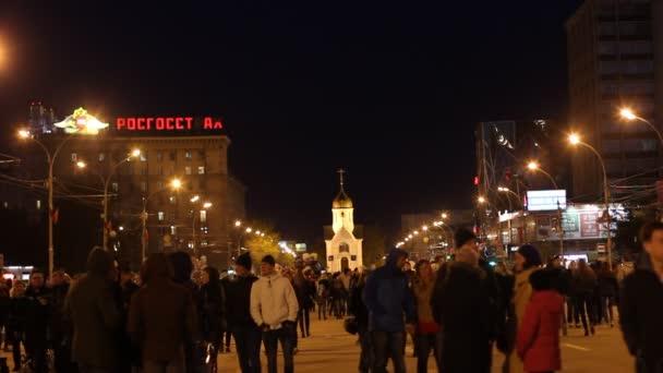 Novosibirsk - 9. května: Po přehlídka věnovaná den vítězství ve Velké vlastenecké válce, lidé jít domů po ohňostroj. 9 května 2016, Novosibirsk, Rusko
