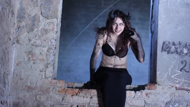 Horror-Szene ein unheimlich weiblichen Geist am Fenster. Steinbock oder Ziege Frau