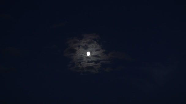 Vollmond hinter Wolken in der Nacht
