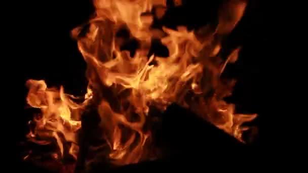 hořící oheň izolovaných na černém