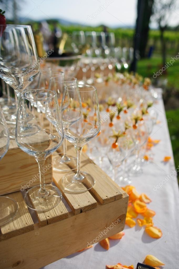 Dekorierte Glaser Auf Einem Buffet Tisch In Rustikal Stockfoto