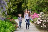 Fotografia Madre con due bambini in una passeggiata nel giardino giapponese