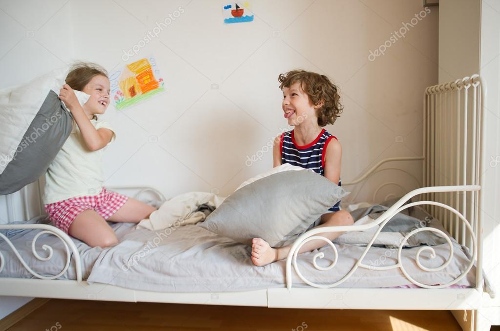 Порно брат трахнул сестру кровать 97735 фотография