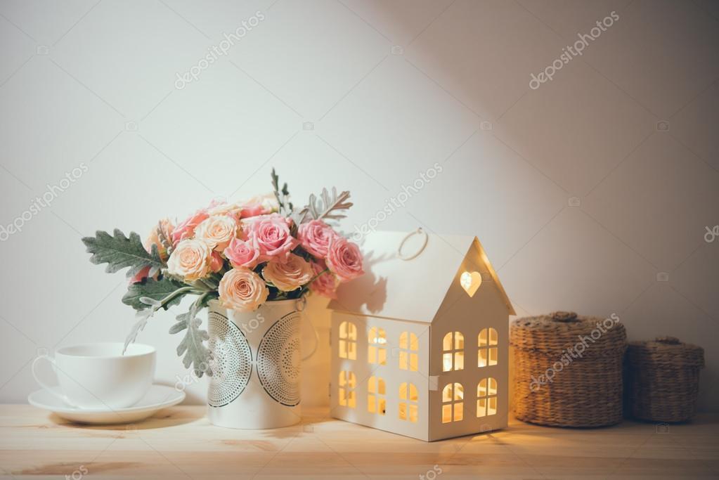 hermosa decoracin para el hogar vintage flores y objetos decorativos en el estante de la pared fondo de decoracin de casa u foto de manera