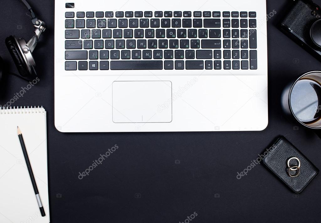 Espace de travail de bureau daffaires avec le clavier dordinateur