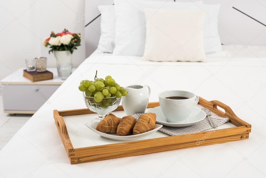 La colazione a letto foto stock manera 81498202 - Immagini innamorati a letto ...