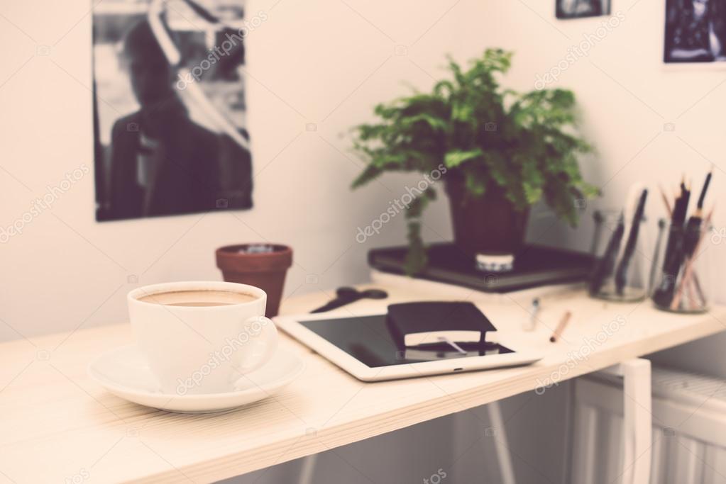 Ufficio Stile Moderno : Tazza di caffè in ufficio stile loft moderno u foto stock manera