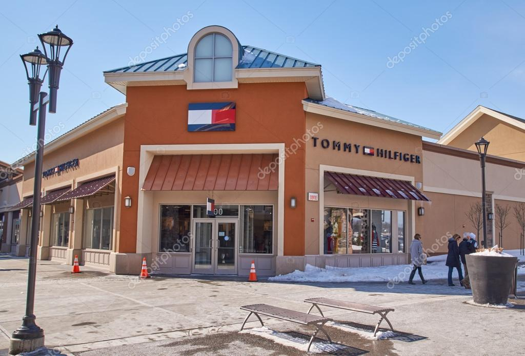 Mendicidad familia Colonos  Tommy Hilfiger outlet. – Stock Editorial Photo © dennizn #101982054