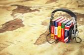 Online nyelvtanulás. Hangoskönyvek koncepció. Könyvek és headpho