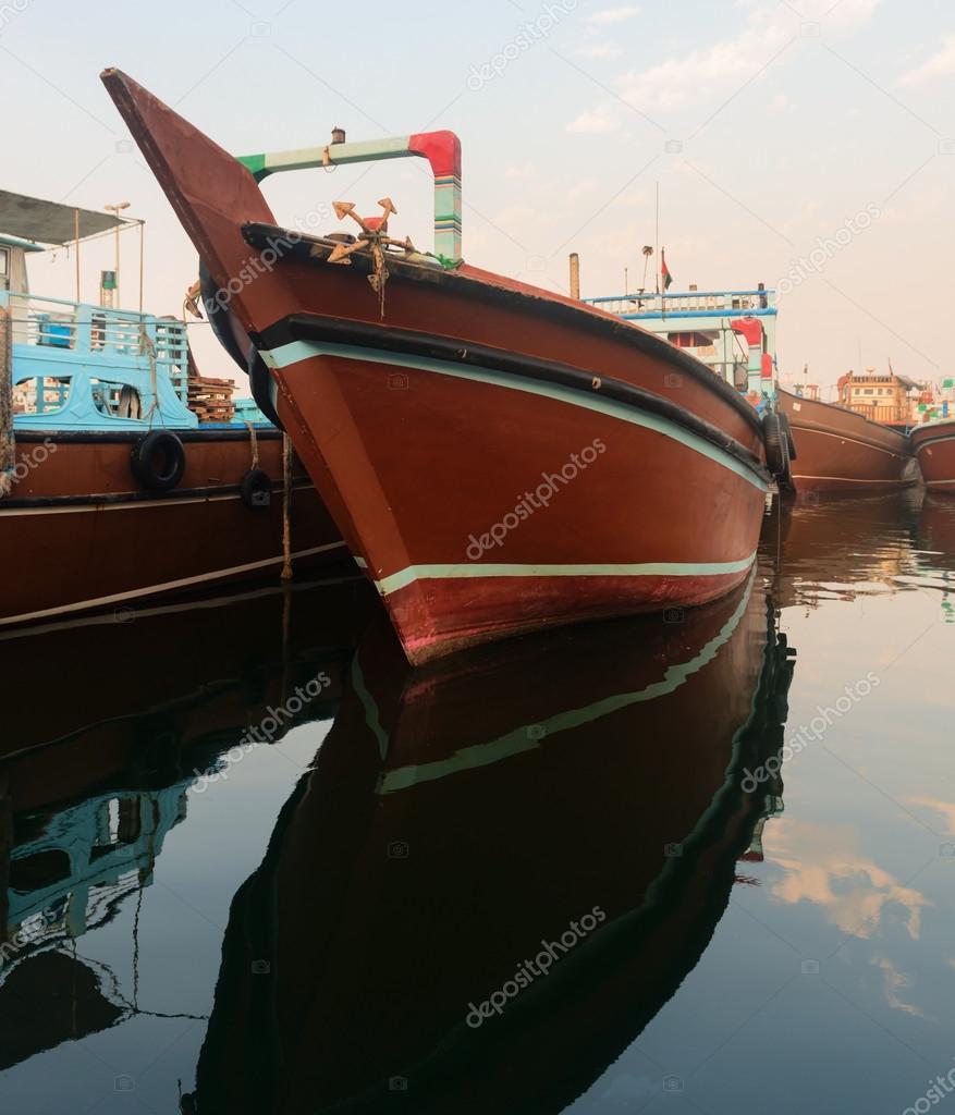 Grote Houten Boot.Grote Houten Lading Boot In Blauwe Water Stockfoto C Iryna Rasko