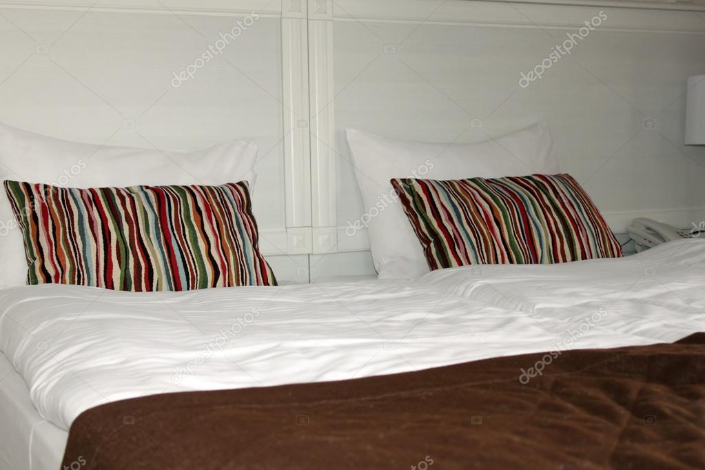 Knusse slaapkamer met een witte lamp u2014 stockfoto © afflamen #115376852
