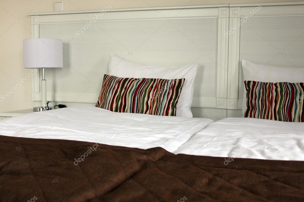 Knusse slaapkamer met een witte lamp u2014 stockfoto © afflamen #115376856