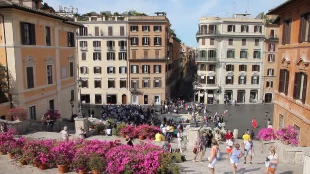 Lidé na náměstí Piazza di Spagna