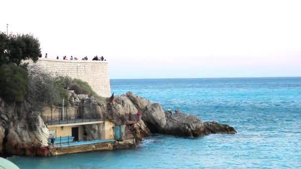 I turisti godersi il bel tempo in spiaggia a Nizza, Francia