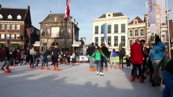 Schlittschuhlaufen Berlin Weihnachtsmarkt.Menschen Eislaufen In Der Weihnachtsmarkt In Gouda Niederlande