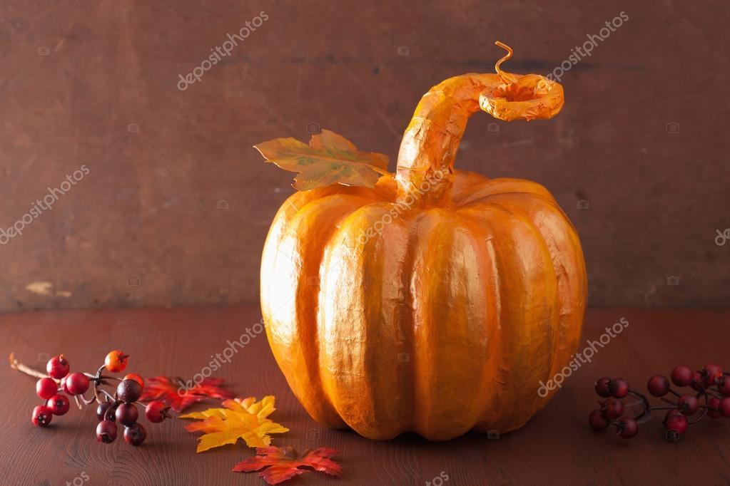 Zucca Halloween Cartapesta.Zucca Di Cartapesta Dorata Decorativa E Fogli Di Autunno Per Hal