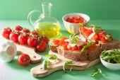 Italská bruschetta s rukolou parmazánem rajčata