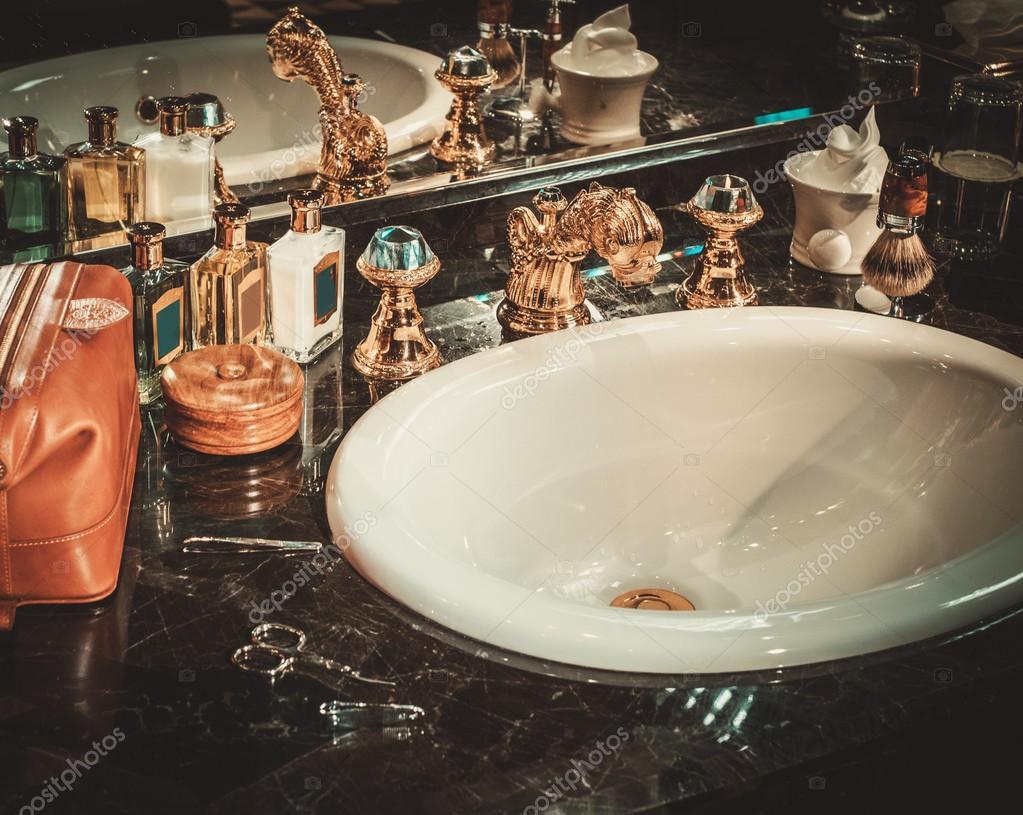 Luxe Badkamer Accessoires : Een luxe badkamer accessoires scheren u stockfoto nejron