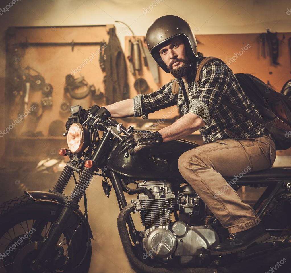 Pilote et sa moto de caf racer style vintage dans le for Deplacer sa moto dans un garage