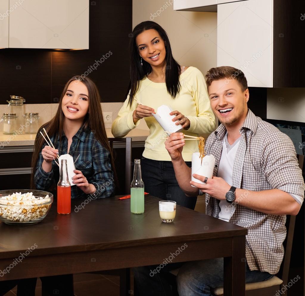Amigos alegres comiendo comida r pida en casa interior fotos de stock nejron 70178843 - Casa de los espiritus alegres ...