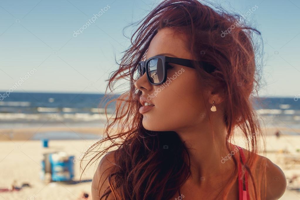 coupe classique style distinctif ventes spéciales Femme brune à lunettes de soleil. — Photographie fxquadro ...