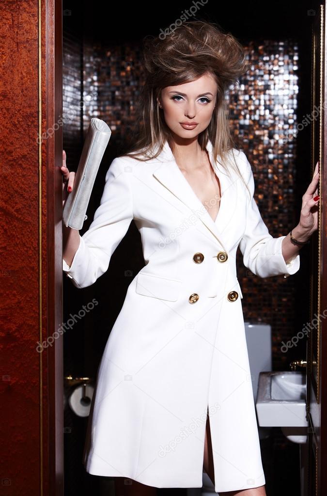 on sale 136c5 5fb1a Donna in giacca bianca elegante. — Foto Stock © fxquadro ...