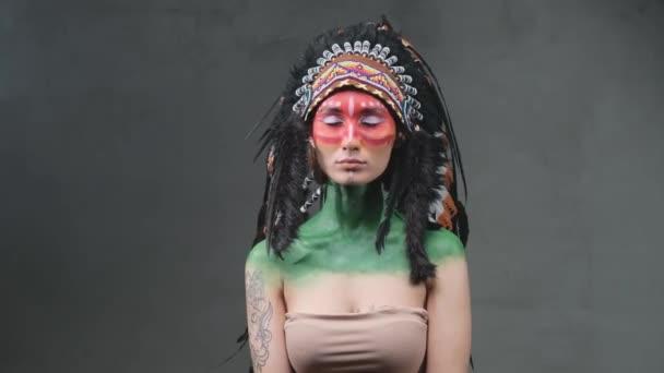 Gyönyörű tetovált indiai nő viselte a hagyományos fejdísz sötét háttérben