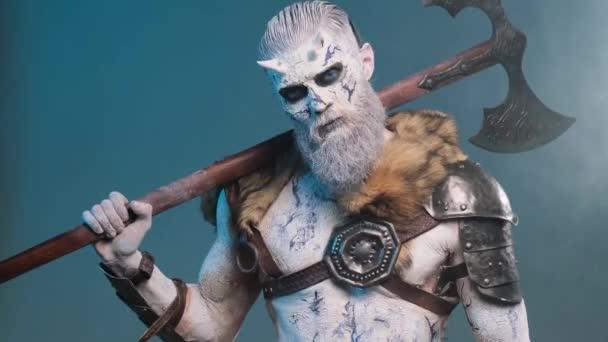 Zlý severní bojovník se sekerou na rameni v kouřově modrém pozadí