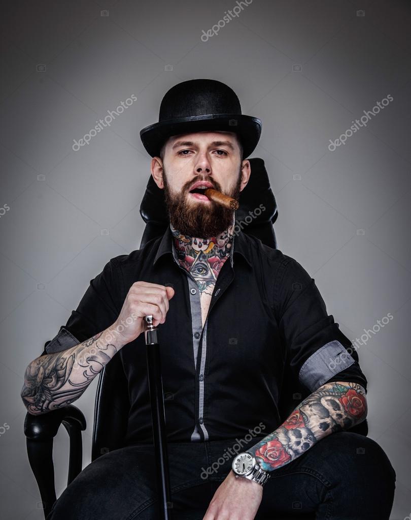 fdf56b6602 Uomo bello brutale con corpo tatuato — Foto Stock © fxquadro #62585733