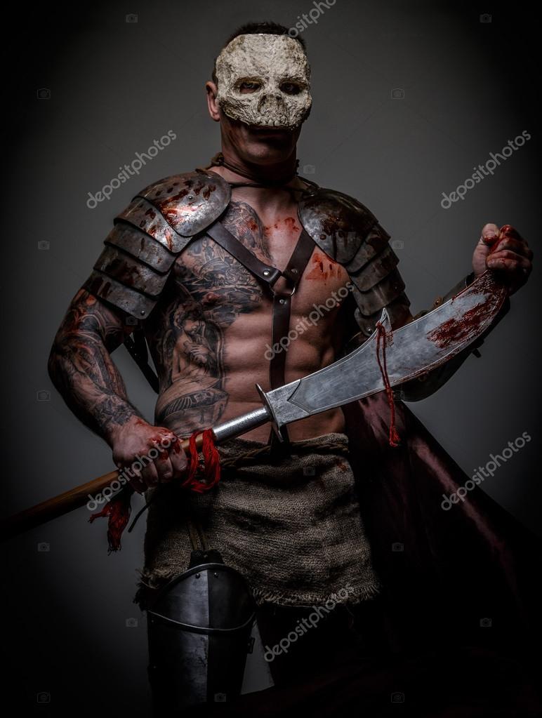 Gladiator W Czaszki Maska Posiada Miecz Zdjęcie Stockowe