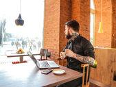 Fotografia uomo lavorando sul portatile
