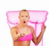 Fotografie Super blondýnka pózuje s vodou mattrass