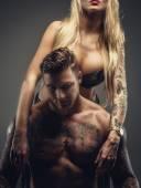 muž a žena s tetováním