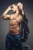 Fotografia ragazzo muscoloso torso nudo
