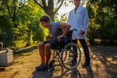 Junger Mann im Rollstuhl.