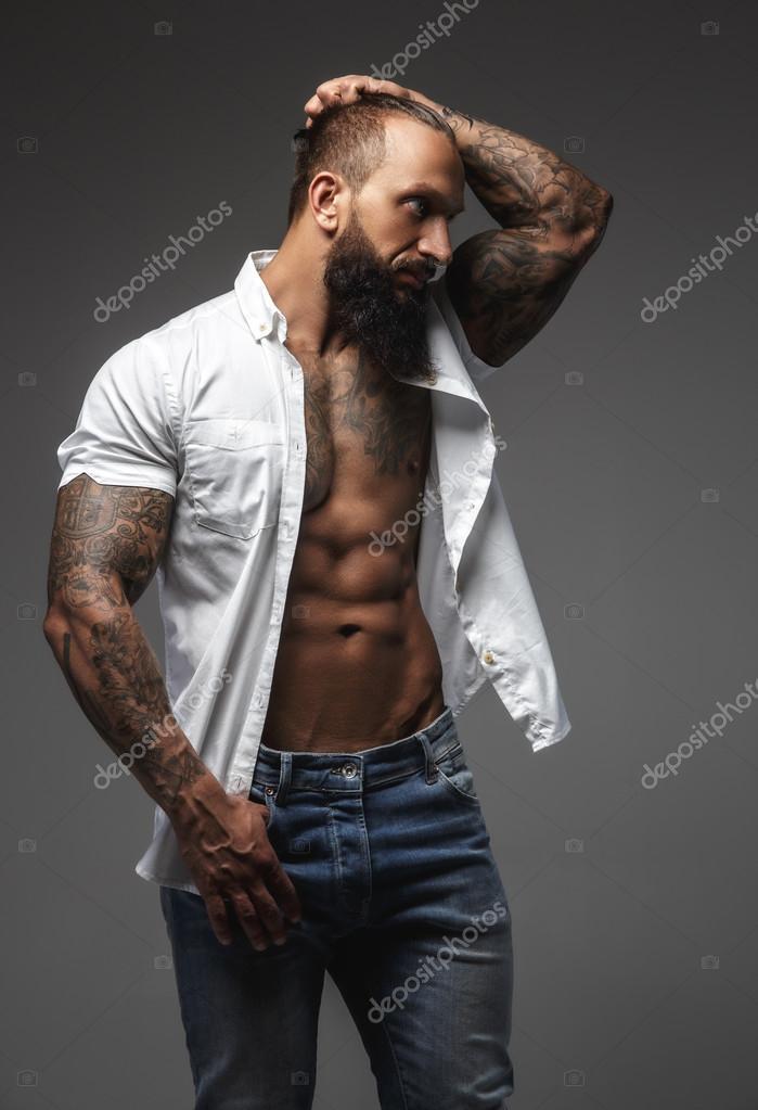 Un uomo tatuato sulle braccia — Foto Stock © fxquadro ...