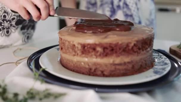 Baker zdobené čokoládový dort s čokoládovou polevou, kuchyně, proces vaření dort