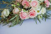 Květinové aranžmá na stůl. Květiny a bílý ubrus, svatba, růže, pivoňky