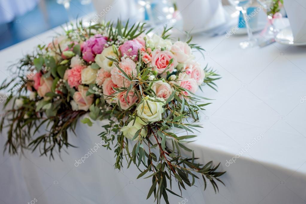 Gesteck auf den Tisch. Blumen und weiße Tischdecke, Hochzeit, Rosen ...
