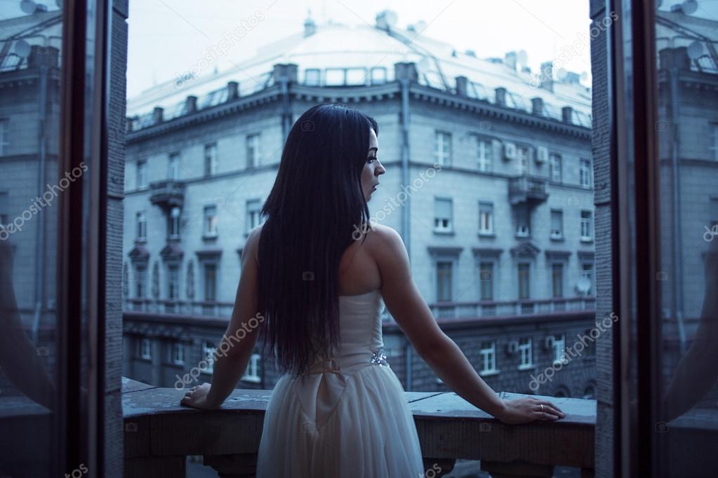 63f0c0c8b110 Πορτρέτο του όμορφη γυναίκα σε ένα μπαλκόνι