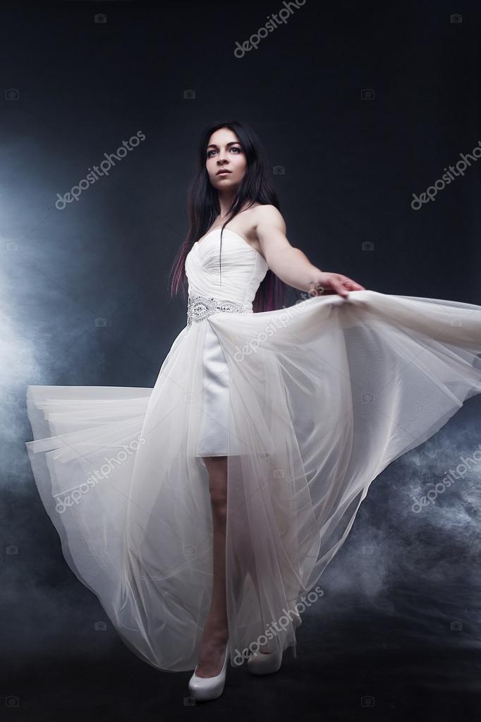 4ab1ddd31b9b Όμορφη σέξι νεαρή γυναίκα. Πορτραίτο κοριτσιού σε μακρύ λευκό φόρεμα ...