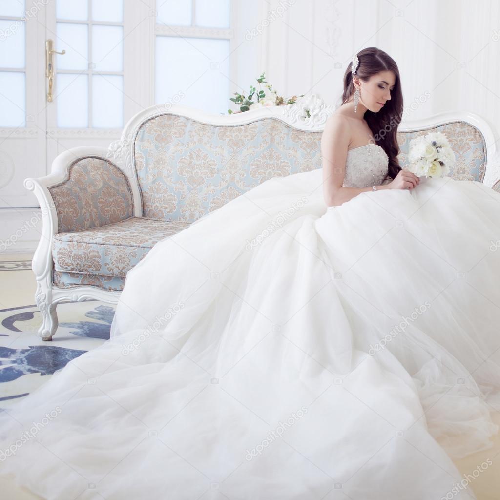 Porträt von schöne lachende Braut. Brautkleid mit Rückenausschnitt ...